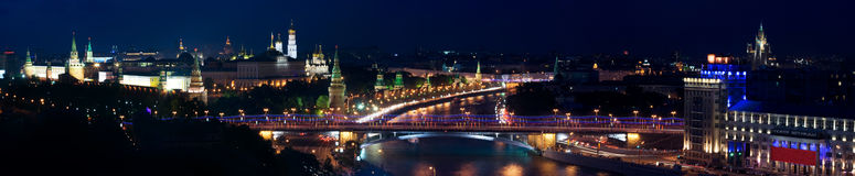 Panorama van nacht Moskou met het Kremlin stock foto's