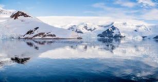 Panorama van Neko Harbor en Lester Cove met gletsjers en rode te royalty-vrije stock foto's