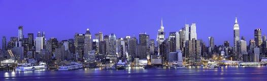 De Blauwe Hemel van het Panorama van Manhattan Stock Afbeeldingen