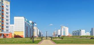 Panorama van nieuwe woonbuurt Centrale steeg met lantaarns Stock Foto's