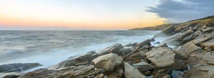 Panorama van oceaankust bij een barst van dageraad (Langzame blindsnelheid) Stock Foto's