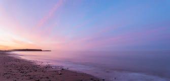 Panorama van oceaanstrand bij de barst van dageraad Stock Afbeeldingen