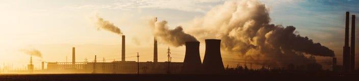 Panorama van olieraffinaderij royalty-vrije stock afbeelding