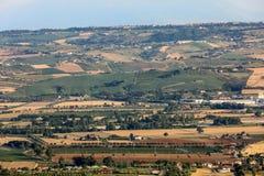 Panorama van olijfgaarden en landbouwbedrijven op rollende heuvels van Abruzzo royalty-vrije stock fotografie