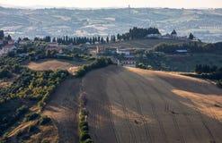 Panorama van olijfgaarden en landbouwbedrijven op rollende heuvels van Abruzzo royalty-vrije stock afbeelding