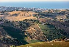 Panorama van olijfgaarden en landbouwbedrijven op rollende heuvels van Abruzzo en op de achtergrond het Adriatische Overzees stock fotografie