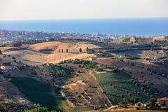Panorama van olijfgaarden en landbouwbedrijven op rollende heuvels van Abruzzo en op de achtergrond het Adriatische Overzees stock foto's