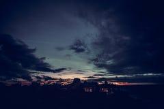 Panorama van ontzagwekkende tropische zonsondergang bij het eiland van Nusa Lembongan, Bali, Indonesië stock foto's
