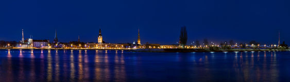 Panorama van Oud Riga in nacht Royalty-vrije Stock Foto's