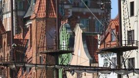 Panorama van oude mooie oorlogsschip en baksteen die Gdansk, geschiedenis bouwen stock videobeelden