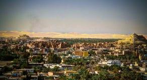 Panorama van oude stad Shali en berg Dakrour bij Siwa-oase, Egypte stock foto