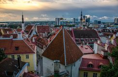 Panorama van Oude Stad Tallinn met torens en muren, Estoni royalty-vrije stock afbeelding