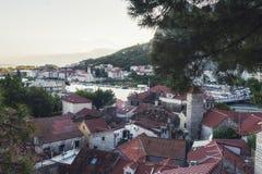 Panorama van Oude Stad van Omis-stad in Kroatië stock afbeeldingen