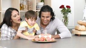 Panorama van ouders en zoon die een verjaardag vieren stock videobeelden
