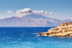 Panorama van overzees, bergen, klip en hemel royalty-vrije stock afbeeldingen