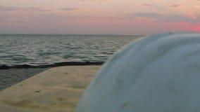 Panorama van overzees en zonsopgang over het Mening van het bewegen van opleidingsapparaat op strand stock video