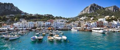 Panorama van overzeese haven, eiland Capri (Italië) Stock Foto