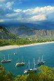 Panorama van overzeese kust en zeilboten Stock Fotografie