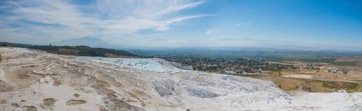 Panorama van Pammukale dichtbij moderne stad Denizli, Turkije Één van beroemde toeristenplaats in Turkije Stock Foto's