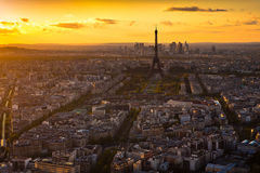 Panorama van Parijs bij zonsondergang. De torenmening van Eiffel van montparnasse Royalty-vrije Stock Foto's