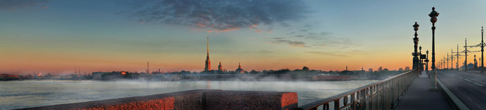 Panorama van Peter en Paul Fortress bij zonsopgang in St Peters Stock Afbeelding
