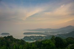 Panorama van Phuket-kustlijn vanuit gezichtspunt in de ochtend royalty-vrije stock fotografie