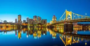 Panorama van Pittsburgh van de binnenstad bij schemering Stock Foto