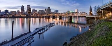 Panorama van Portland Oregon bij Nacht Stock Foto's
