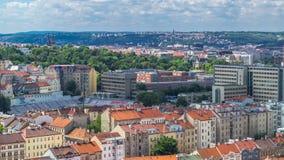 Panorama van Praag timelapse vanaf de bovenkant van de Herdenkings, Tsjechische Republiek van Vitkov stock videobeelden