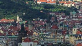 Panorama van Praag timelapse vanaf de bovenkant van de Herdenkings, Tsjechische Republiek van Vitkov stock footage