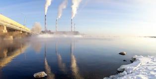 Panorama van Reftinsky-reservoir met elektrische centrale, Rusland, Ural royalty-vrije stock fotografie
