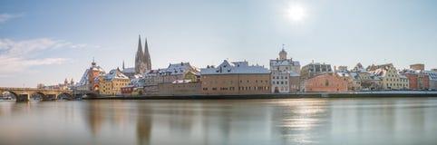 Panorama van Regensburg bij de winter met de Kathedraal en de steenbrug, Duitsland Royalty-vrije Stock Fotografie