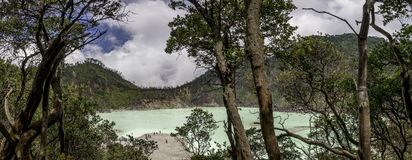 Panorama van reusachtig groen water gegeven meer Stock Afbeelding