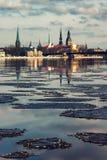 Panorama van Riga in de lente van Daugava Royalty-vrije Stock Afbeeldingen