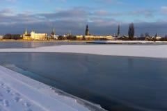 Panorama van Riga op de bevroren rivier en de verse sneeuw Royalty-vrije Stock Foto's