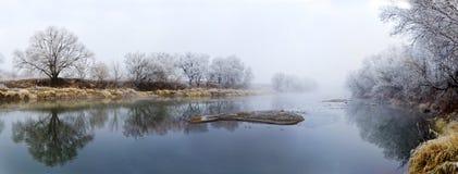 Panorama van rivier bij dalings nevelige ochtend royalty-vrije stock afbeeldingen
