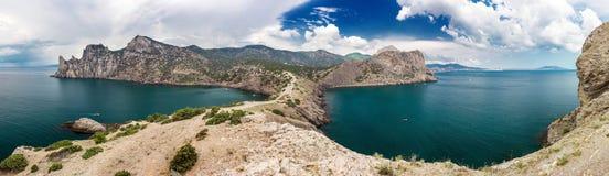 Panorama van rotsachtige overzeese kust en blauwe hemel royalty-vrije stock foto's