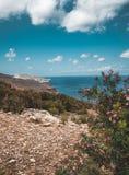 Panorama van rotsen en strand met hemel en wolken in Kreta, Griekenland Verbazend landschap met glashelder water en Royalty-vrije Stock Fotografie