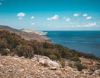 Panorama van rotsen en strand met hemel en wolken in Kreta, Griekenland Verbazend landschap met glashelder water en Royalty-vrije Stock Foto