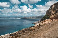 Panorama van rotsen en strand met hemel en wolken in Kreta, Griekenland Verbazend landschap met glashelder water en Stock Afbeelding
