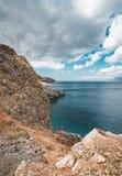 Panorama van rotsen en strand met hemel en wolken in Kreta, Griekenland Verbazend landschap met glashelder water en Royalty-vrije Stock Afbeeldingen
