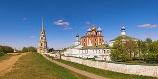 Panorama van Ryazan het Kremlin van de verdedigings aarden schacht Ryazan stad, Rusland royalty-vrije stock fotografie