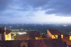 Panorama van 's nachts Cortona stock foto