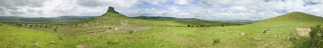 Panorama van Sandlwana-heuvel of Sfinx met militairengraven in voorgrond, de scène van de Zoeloes de slagplaats van Anglo van Jan stock foto's