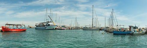Panorama van schepen bij de pijler binnen van Akko royalty-vrije stock fotografie