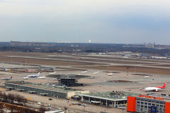 Panorama van Sheremetyevo internationale die luchthaven uit helikopter wordt genomen stock foto's