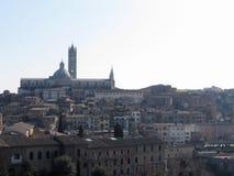 Panorama van Siena met de metropolitaanse kathedraal van Heilige Mary van de Veronderstelling Toscanië, Italië Stock Afbeelding