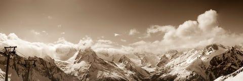 Panorama van skitoevlucht in de dag van de de winterzon Stock Afbeeldingen