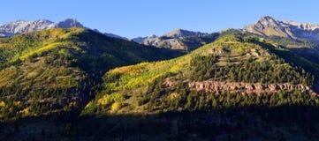 Panorama van sneeuw behandelde bergen en gele esp Stock Foto's
