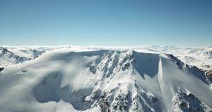 Panorama van sneeuwbergen De bovenkanten van de pieken Epische ogenblikkenhommel stock footage